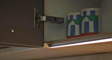 Фото фурнитуры на серой кухне из массива дерева на заказ