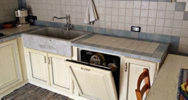 Фото кухни из деревянного массива цвета слоновая кость на заказ