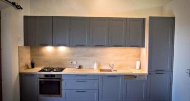 Фото кухни из массива серого цвета на заказ в Краснодаре