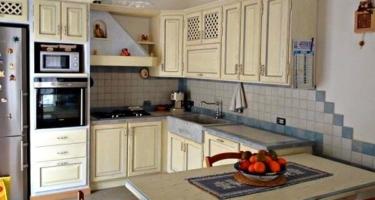 Фото кухни из натурального массива дерева цвета слоновая кость