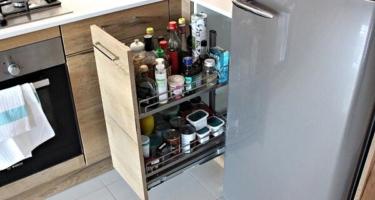 Фото пенала для прямой кухни из деревянного массива на заказ