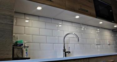 Фото подсветки рабочей поверхности на кухне из массива