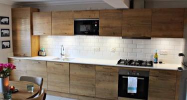 Фото прямой кухни из массива дерева на заказ в Краснодаре