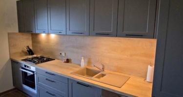 Фото серой кухни из деревянного массива на заказ