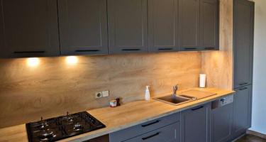 Фото современной серой кухни из массива