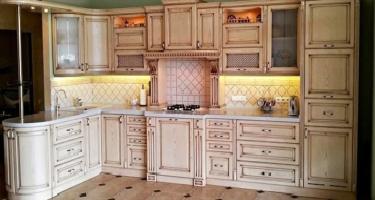 Фото угловой кухни из массива дерева с фрезерованными фасадами на заказ