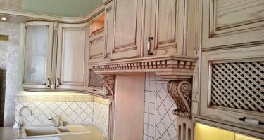 Фото угловой кухни из натурального массива с патиной