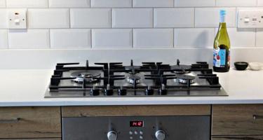 Фото прямой кухни из массива со встроенной плитой