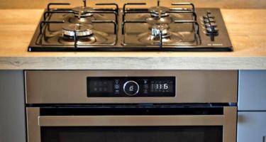 Фото плиты на встраиваемой серой кухне из массива дерева