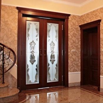 Двери из массива со стеклом на заказ в Краснодаре