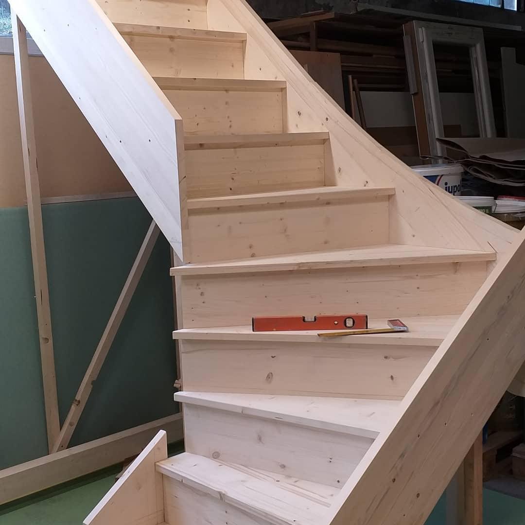 Сборка деревянной лестницы с поворотом