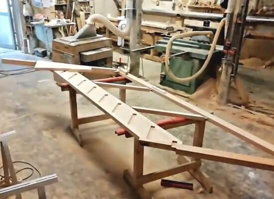 Сборка деревянной лестницы с забежными ступенями