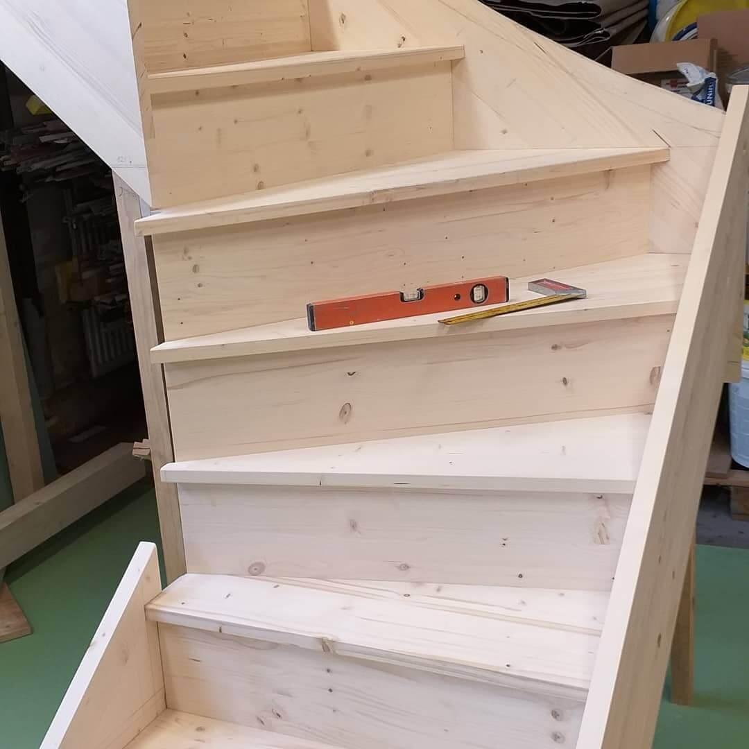 Сборка лестницы с поворотными ступенями из массива