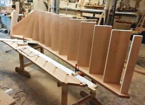 Сборка забежной деревянной лестницы