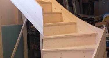 Сборка забежной лестницы из массива дерева в Краснодаре