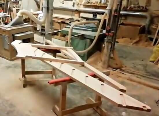 Установка лестницы из массива с забежными ступенями